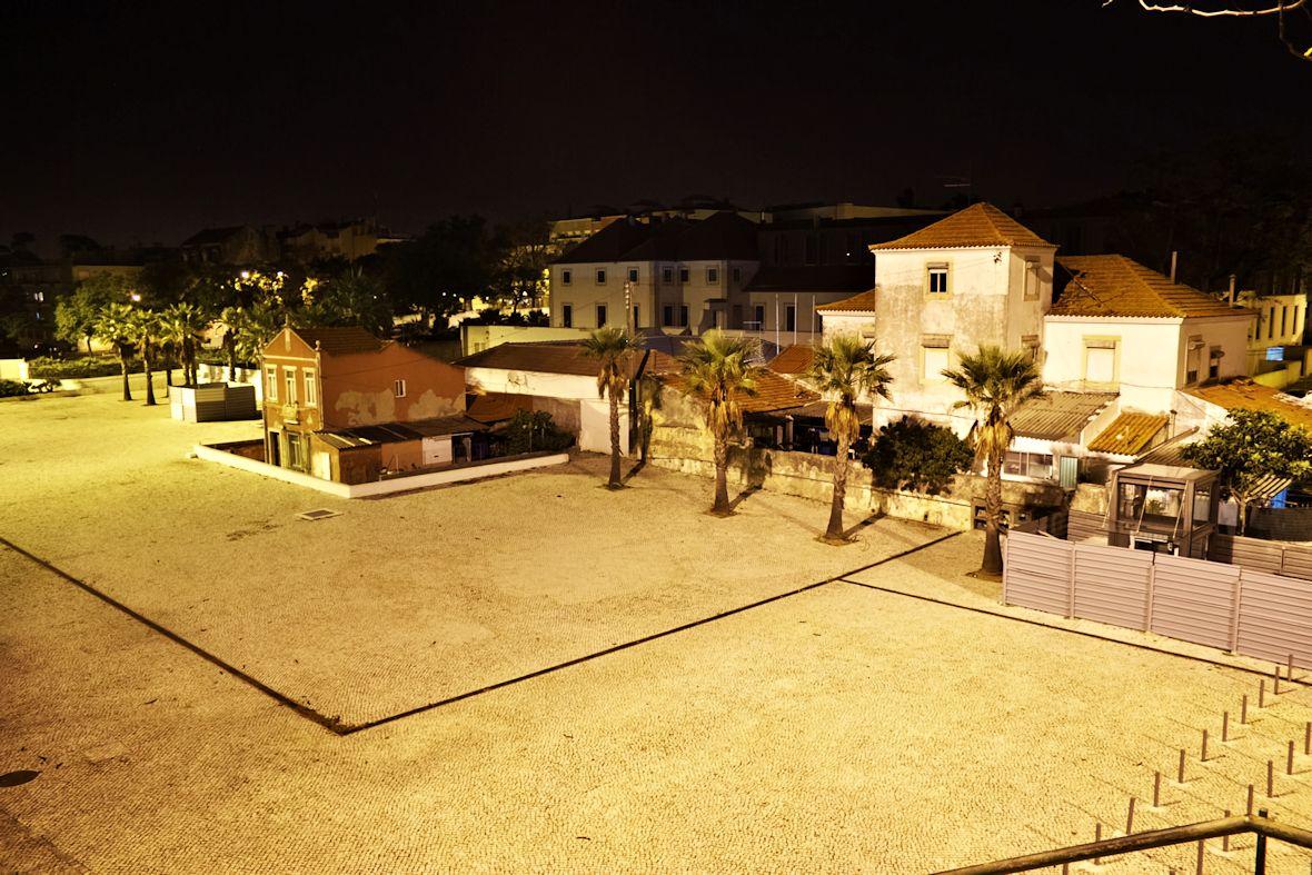 Pohled na Belém z nadchodu přes hlavní silnici
