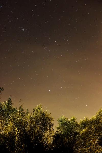 Jasná hvězda dole uprostřed je Capella ze souhvězdí Vozky, nad ním Perseus