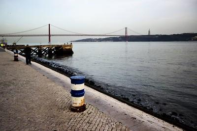 Kdo nemá Golden Gate, dá si tam aspoň Ponte 25 de Abril, po kterém jsme odpoledne do Lisabonu přijeli.