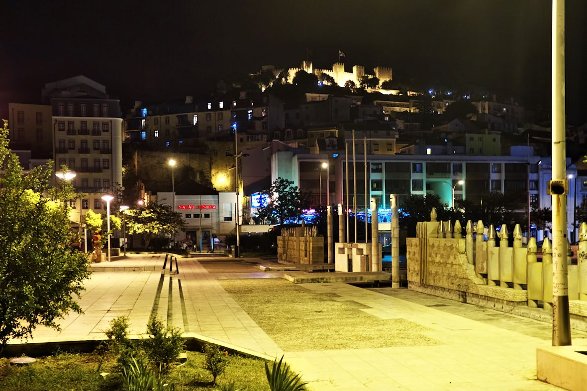 Pohled na Castelo de Sao Jorge z Dračího náměstí (tak se skutečně teď jmenuje)