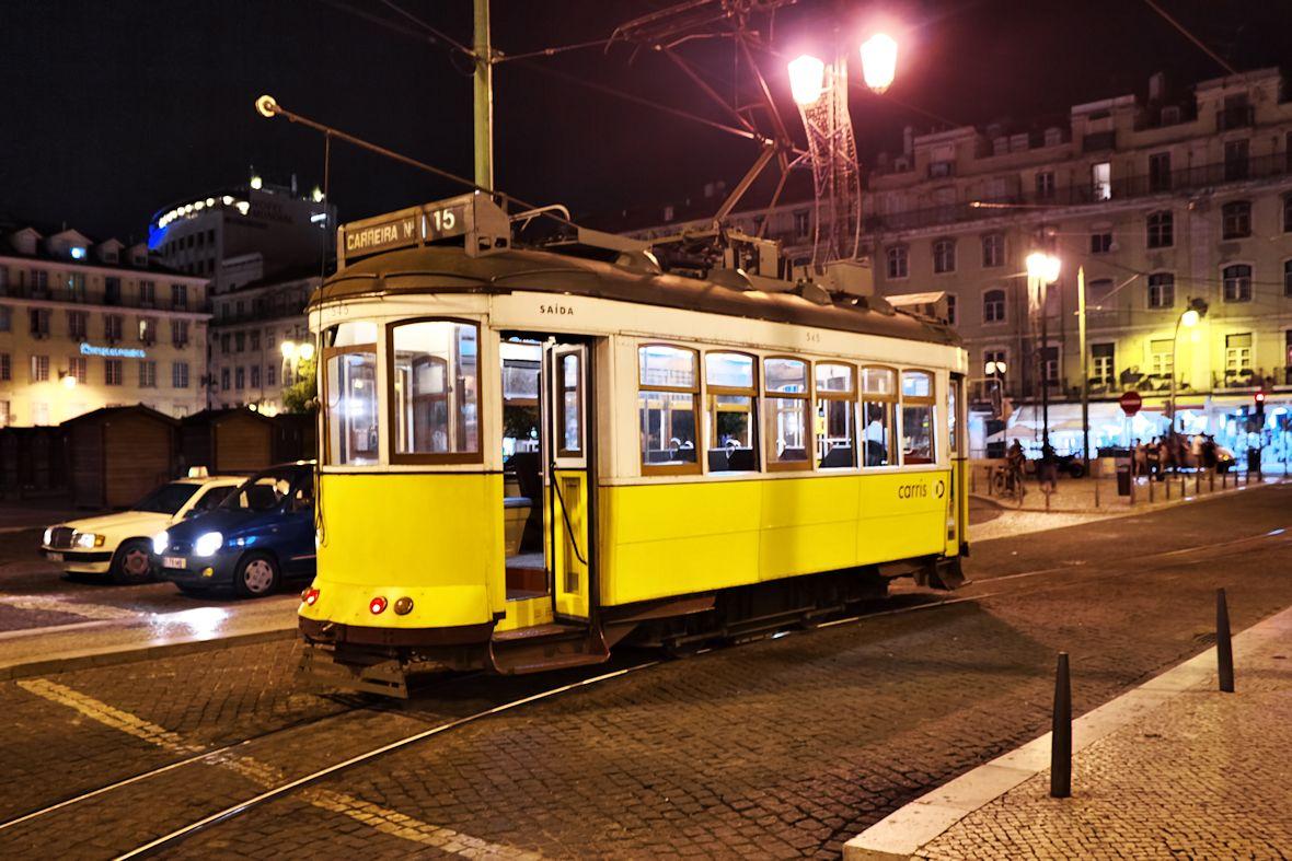 Klasická lisabonská tramvaj na náměstí Figueira