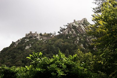Castelo dos Mouros na kopci nad Sintrou. O kus vpravo je druhý vrchol, na kterém se tyčí palác Pena. Obě ta místa jsou vidět prakticky odevšad a působí mnohem majestátněji, než dokáže zprostředkovat fotografie.