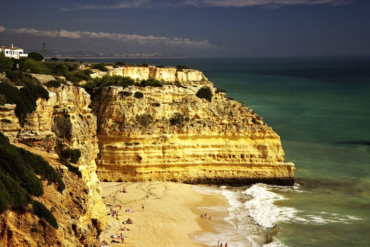 Praia da Marinha a v pozadí pobřeží kolem pláže Galé