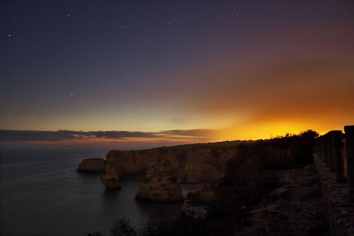 Vypadalo to sice trochu, jako by nedaleko na pobřeží cosi hořelo, ale ve skutečnosti to byla jen světla z Benagilu v pobřežním oparu, kombinovaná se záblesky majáku