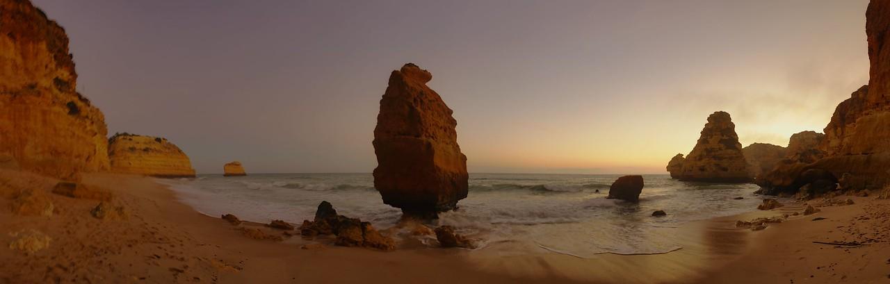 Panoráma Praia de Marinha po západu slunce