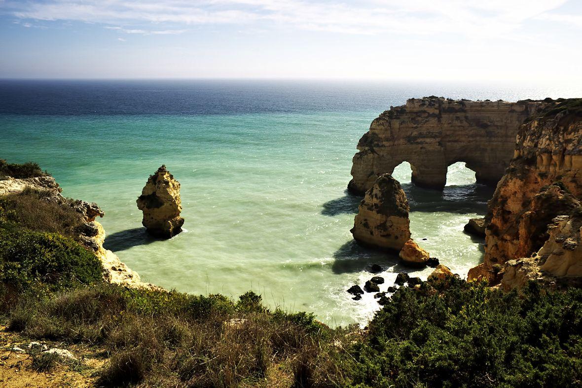 Úžasné pobřeží kolem Praia de Marinha u Carvoeira