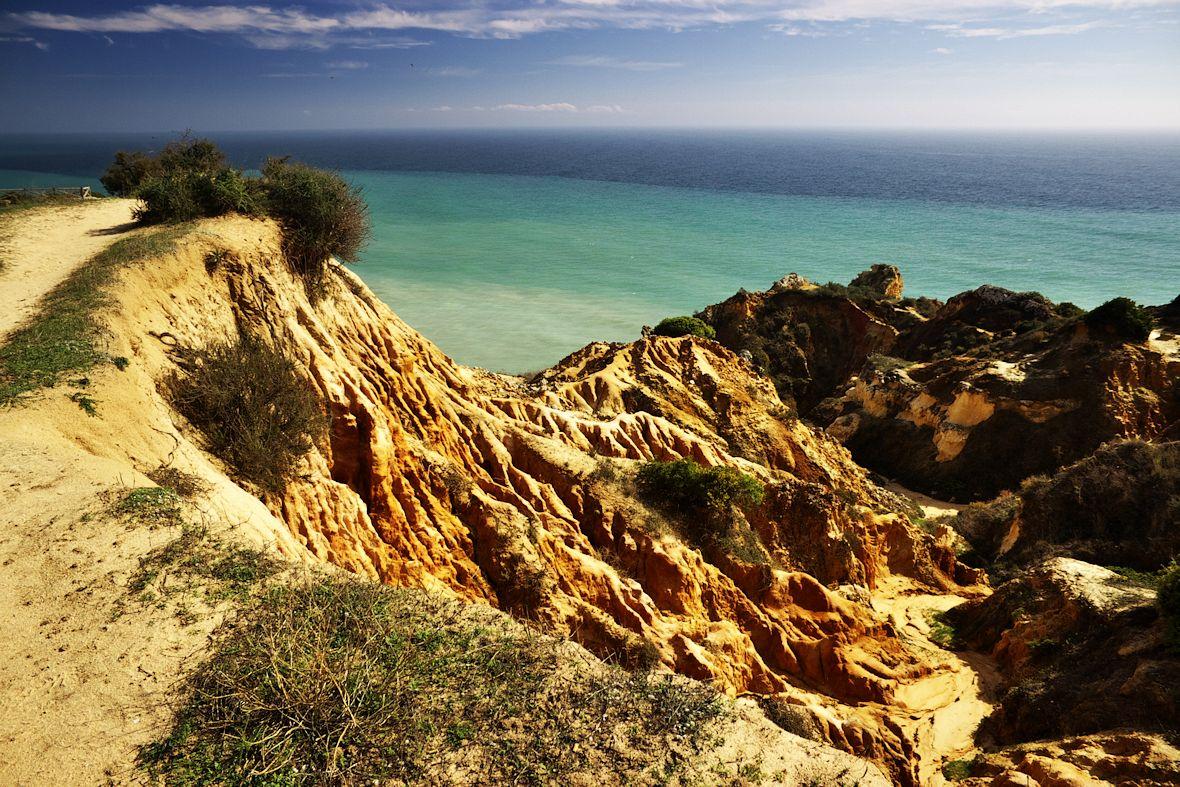 Vápencové útesy u Praia de Marinha