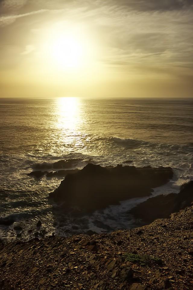 Ostroh na Ponta da Atalaia v zapadajícím slunci