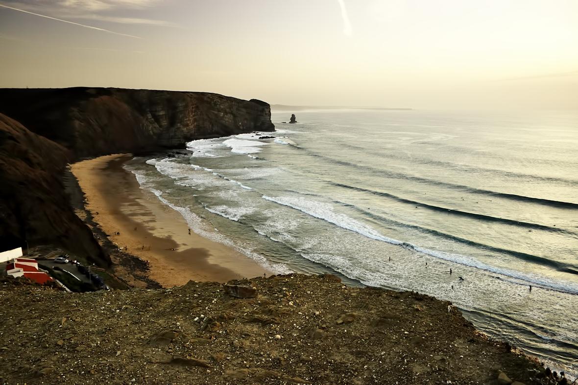 Pláž Arrifana, údajně jedna z nejpopulárnějších pláží v Portugalsku mezi surfaři. Byli jsme tu celkem pozdě a nebylo jich tu přesto vůbec málo. Pláž se svažuje jen velmi pozvolna, dá se jít hodně daleko.