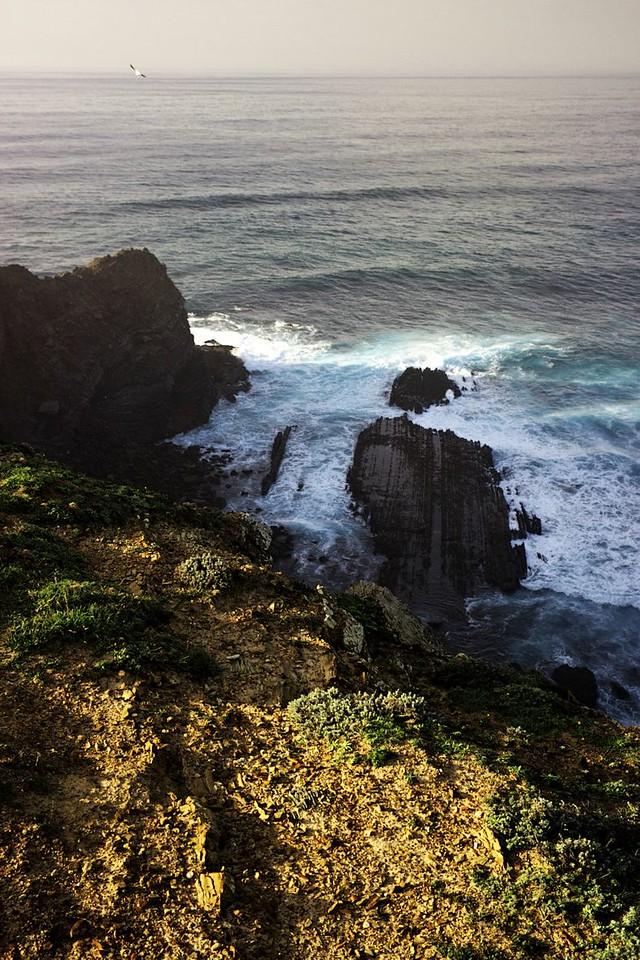 Úžasné útesy na Ponta da Atalaia. Západní pobřeží se od toho jižního dost liší, je z jiného kamene (čedič?) a má jinou strukturu, mimo jiné tvoří takovéhle pláty.