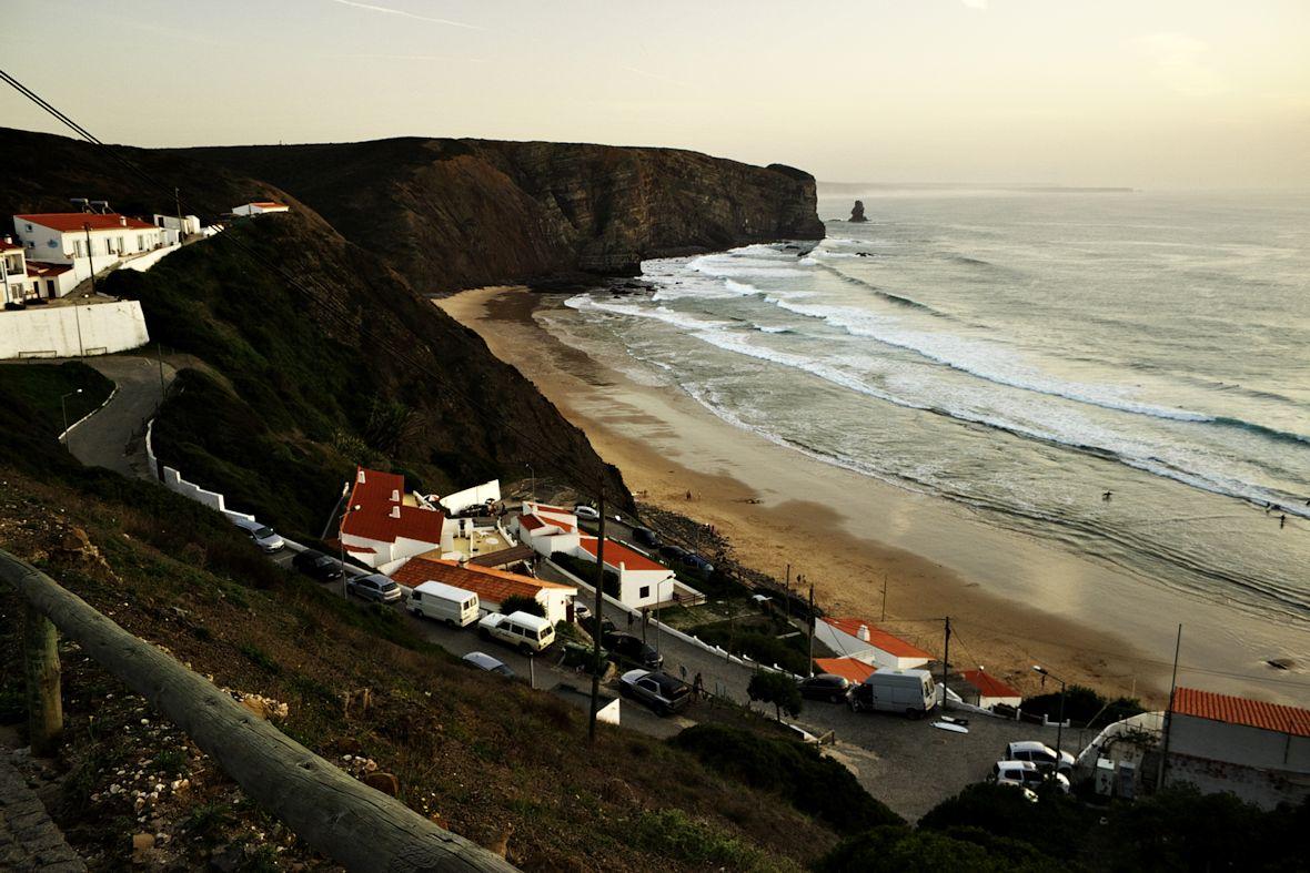 K pláži musíte sejít po celkem strmé a klikaté silničce