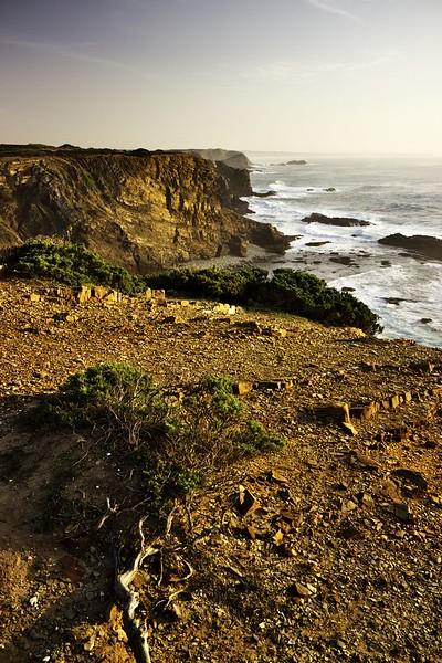 Pohled z Ponta da Atalaia směrem k jihu. Tam někde je pláž Arrifana, kam odsud míříme.