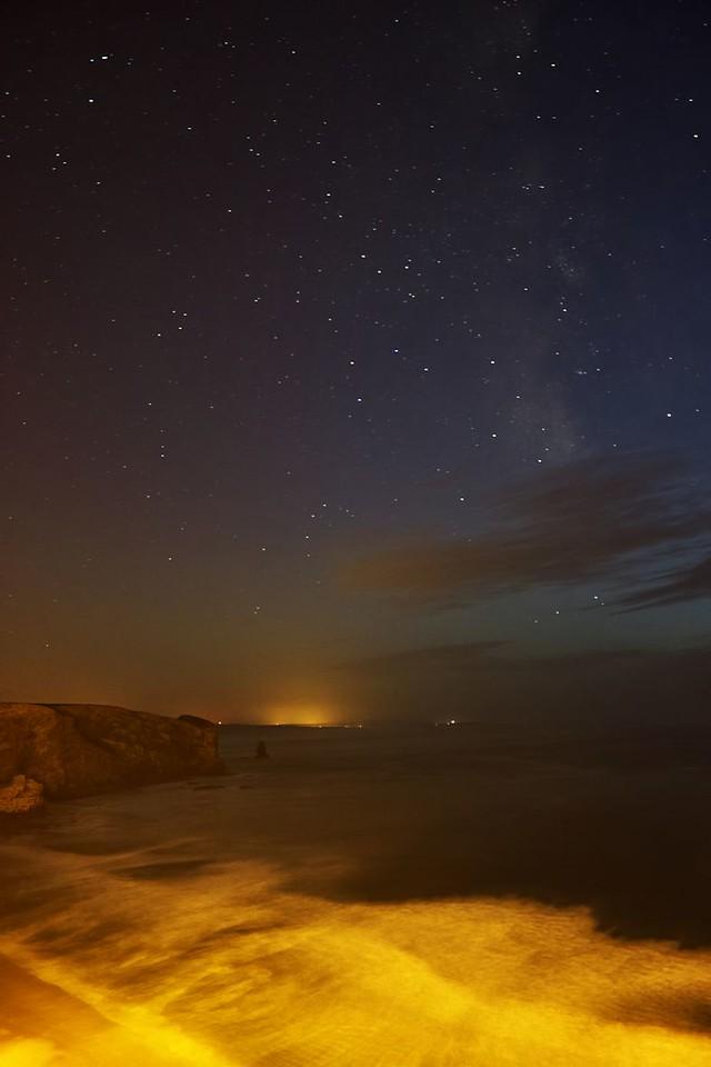 Zpátky na útesech. Pohled směrem na jih, jak lze ostatně poznat podle Mléčné dráhy a souhvězdí Střelce na obloze. Ten jasný světlý bod na výběžku nejvíce vpravo na obzoru je takřka jistě maják Sao Vicente, kde jsme před pár dny byli.