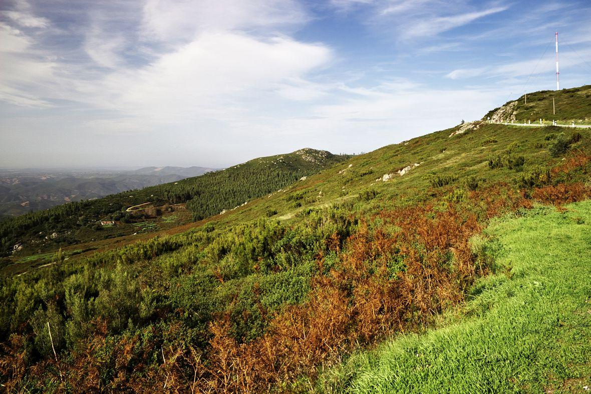Sjíždíme z vrcholku Foiy - pohled někam zhruba na severovýchod