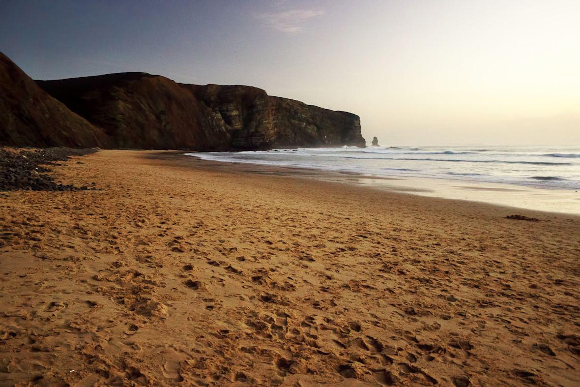 Takřka prázdná pláž Arrifana po západu slunce (i když to tak nevypadá)