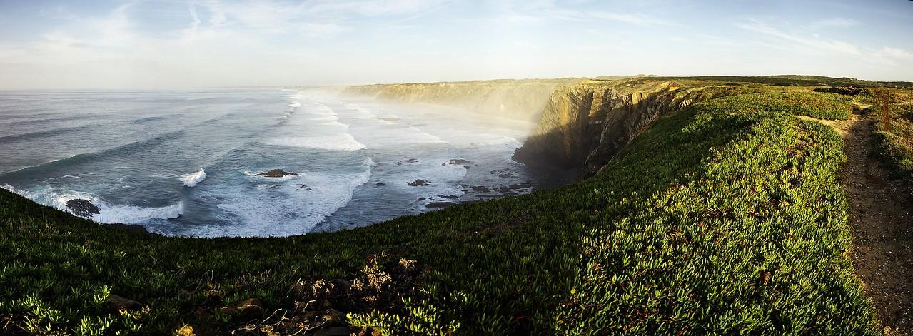 Panoráma pobřeží z Ponta da Atalaia směrem k severu