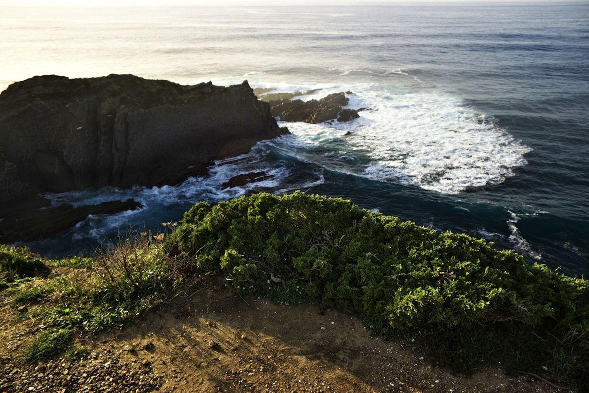 Záběr hlavního ostrohu útesů na Ponta de Atalaia