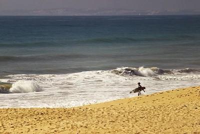 Jako leckde jinde v Portugalsku je i tady k vidění poměrně hodně surfařů a najdete tu pochopitelně také surfařské školy