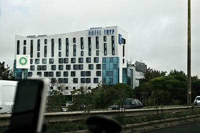 Trofo si cestou kolem letiště vyfotila hotel, ve kterém přespávala, když do Portugalska přiletěla, a ze kterého má nejeden pozoruhodný zážitek