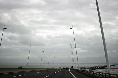 Zajímavostí obou lisabonských mostů je, že se na nich sice platí mýtné, ale pouze ve směru do města, nikoliv směrem ven. Ovšem pokud byste někdy do Lisabonu směrem od jihu mířili, vřele doporučuji ty asi tři eura za mýtné zaplatit - vyhnout se jim by vás stálo asi hodinu a půl času a zajížďku asi sto kilometrů...