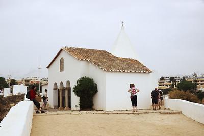 Kaple z druhé strany, tedy od moře