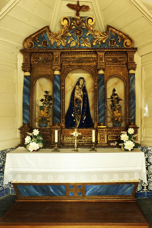 Oltář v kapli (focený přes dveře, do kaple se běžně nesmí)