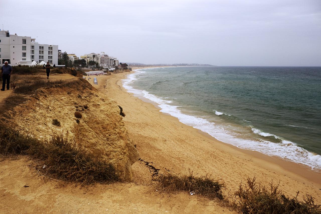 Pohled podél Armacao de Pera směrem na pláž Galé