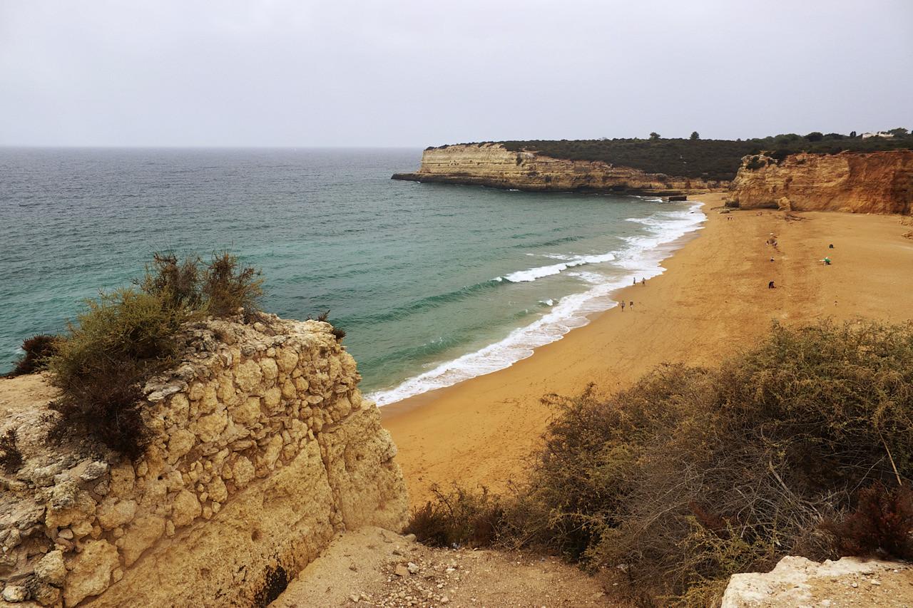 Pláž na druhé straně útesu, Praia Nova