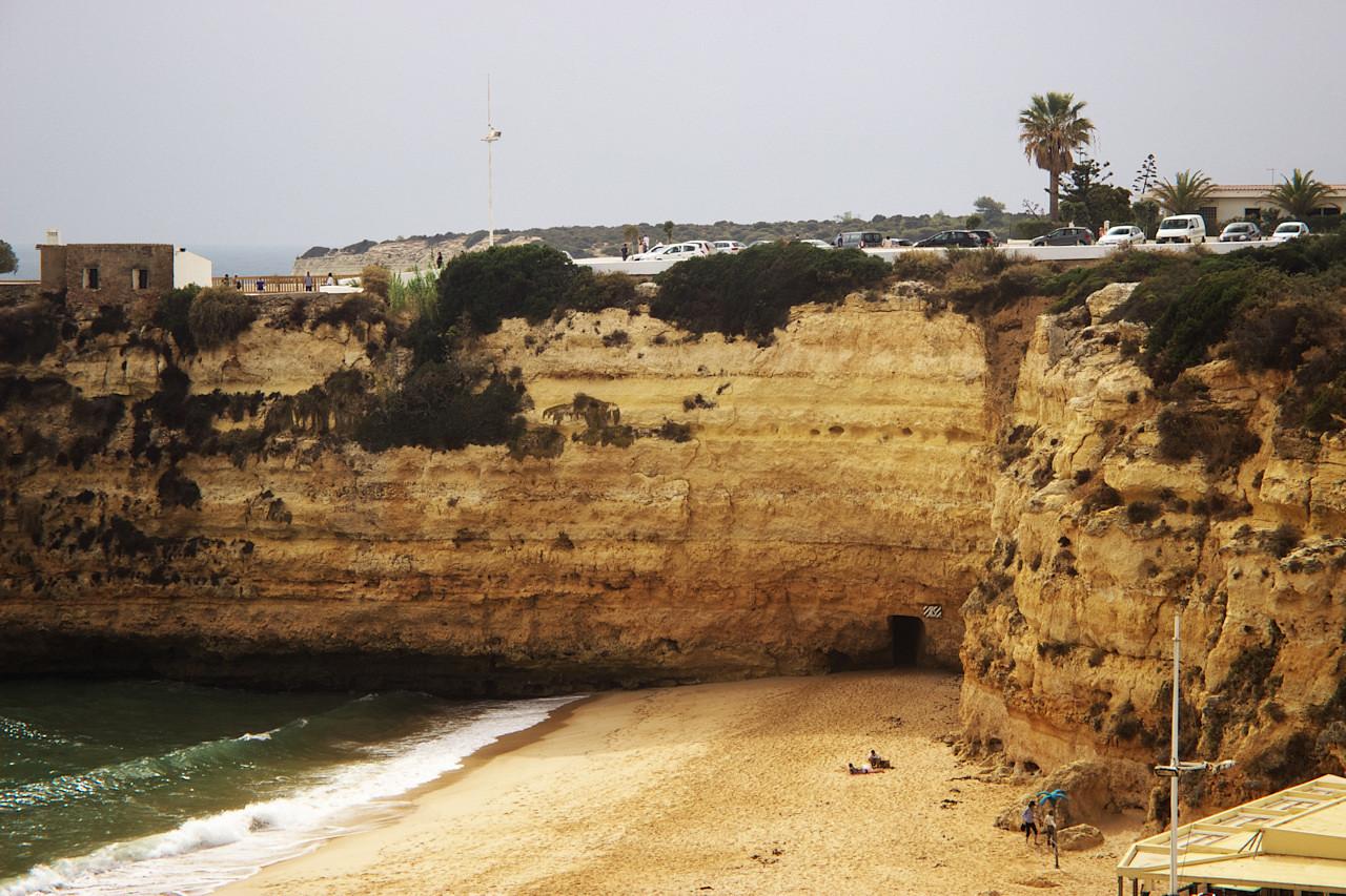 Všimněte si tunelu dole na pláži...