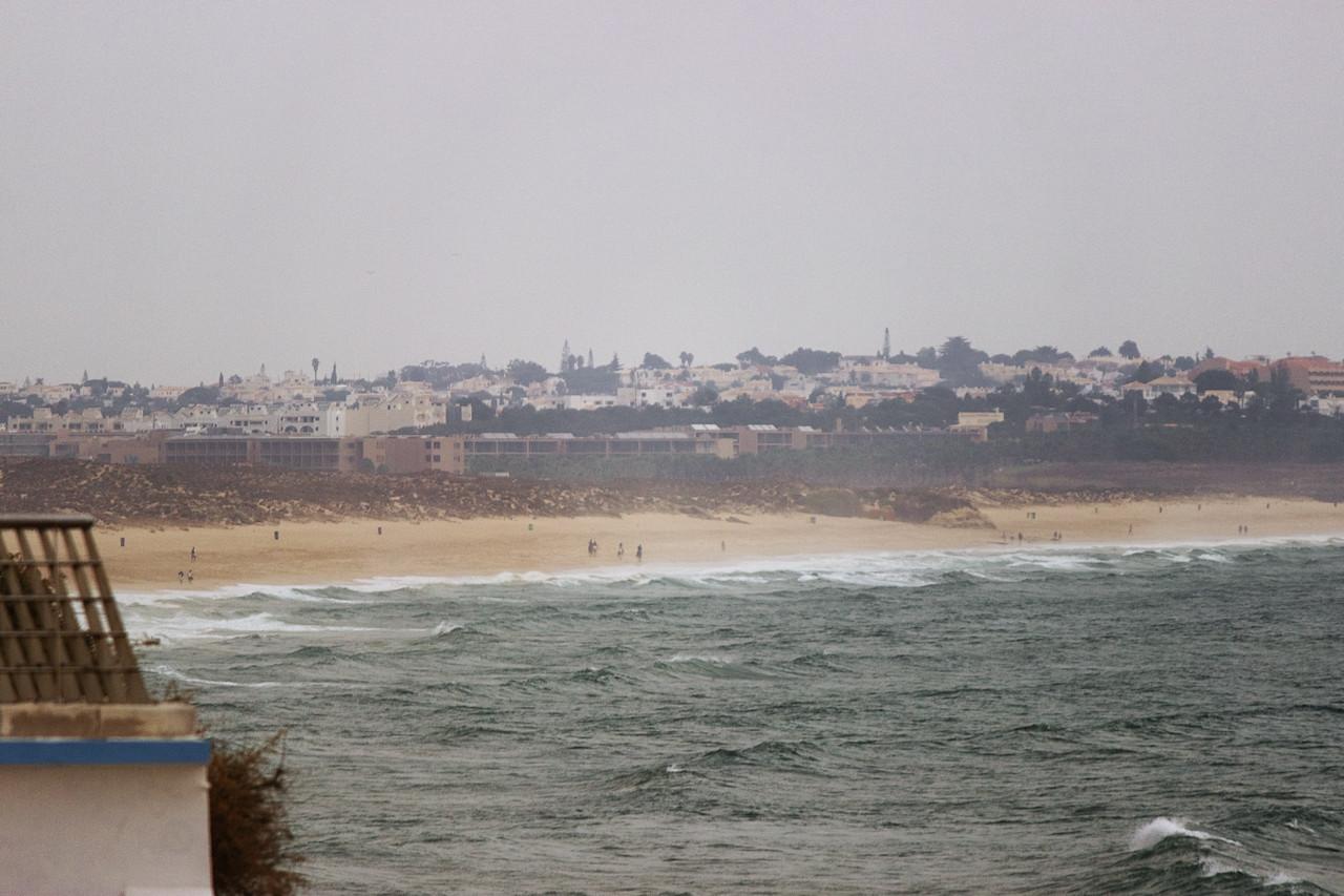 A naopak pohled na opačnou stranu, na pláž Galé - tady spíše na její západní část