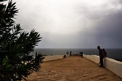 Ještě jednou rybáři na útesu u kaple. A dramatická obloha.