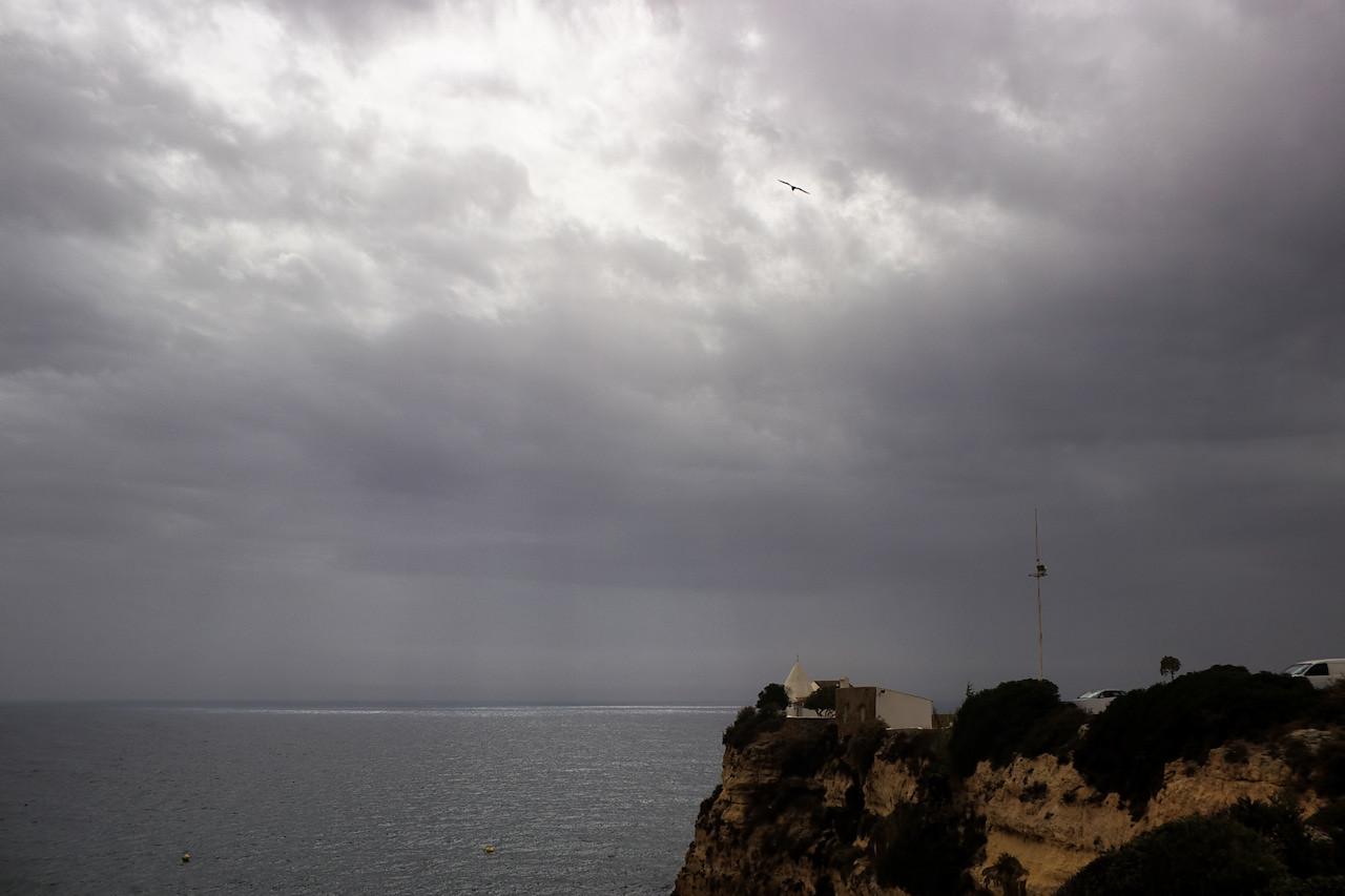 Útes s kaplí Nossa Senhora da Rocha, kam se údajně chodívali rybáři před vyplutím modlit za dobrý úlovek a šťastný návrat