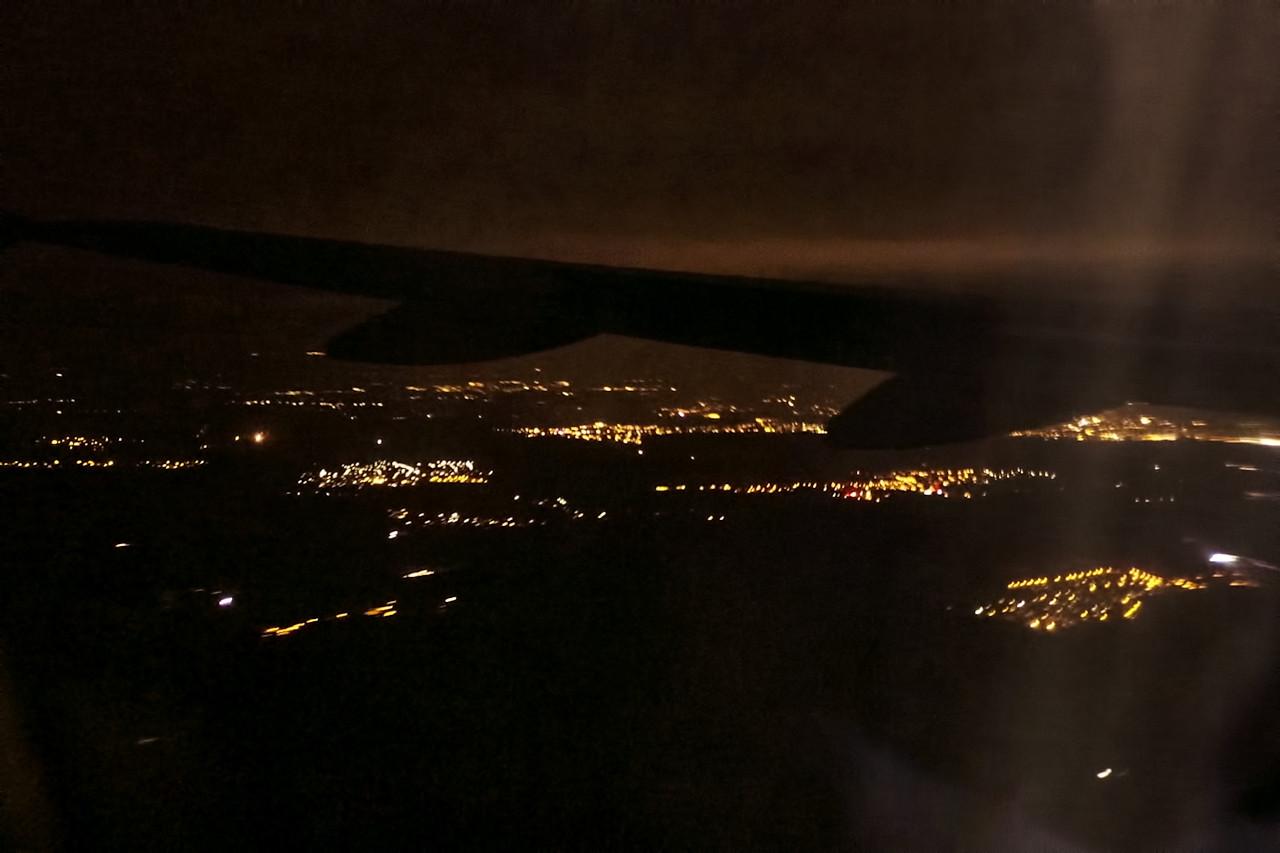 Těsně před přistáním. Světla vpravo na kraji snímku pod křídlem by mohlo být Kladno, vpravo nejblíž k nám pak zřejmě Horní Bezděkov.