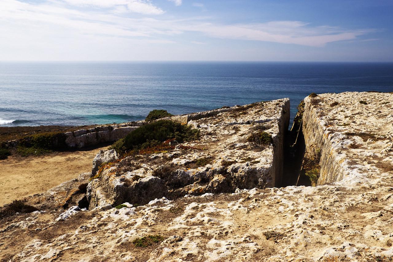 V útesech kolem pevnosti jsou vytesané podobné chodby.