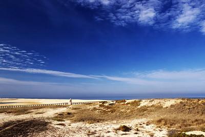 Písečná duna odděluje Atlantik od místního jezera. Je tu také památník jakýmsi rybářům, kteří tu smetla vlna (nebo tak něco).
