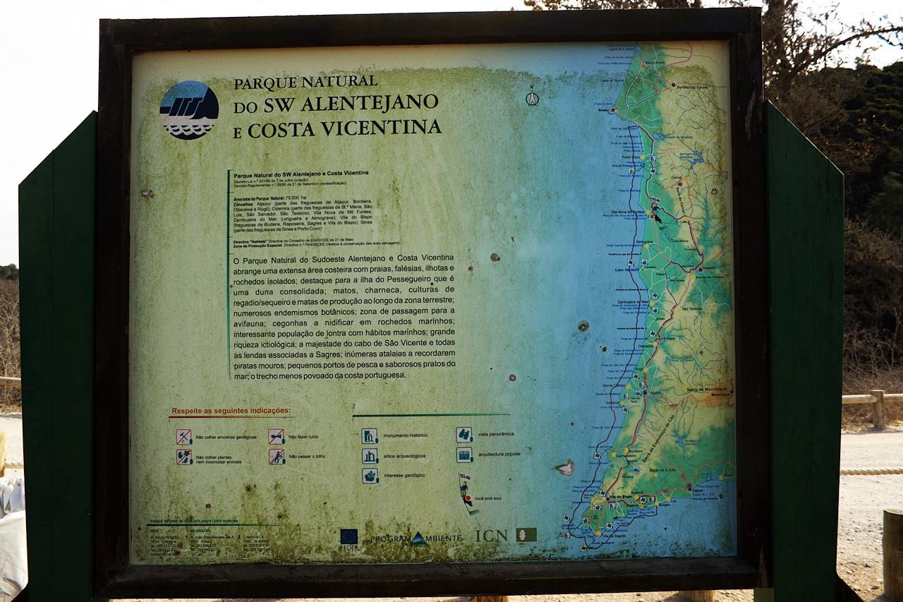 """Skoro všude tady kolem je národní park jihozápadní Alentejano a Costa Vincentina. Táhne se až dolů k mysům Sao Vicente a Sagres, respektive ještě kousek """"za roh"""" až na jižní pobřeží k Burgau. Pobřeží Costa Vincentina má úplně jiný charakter než jižní pobřeží v Algarve."""