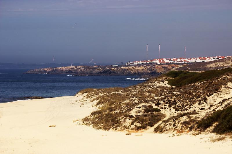 V popředí Porto Covo, v pozadí průmyslová oblast u přístavu Sines