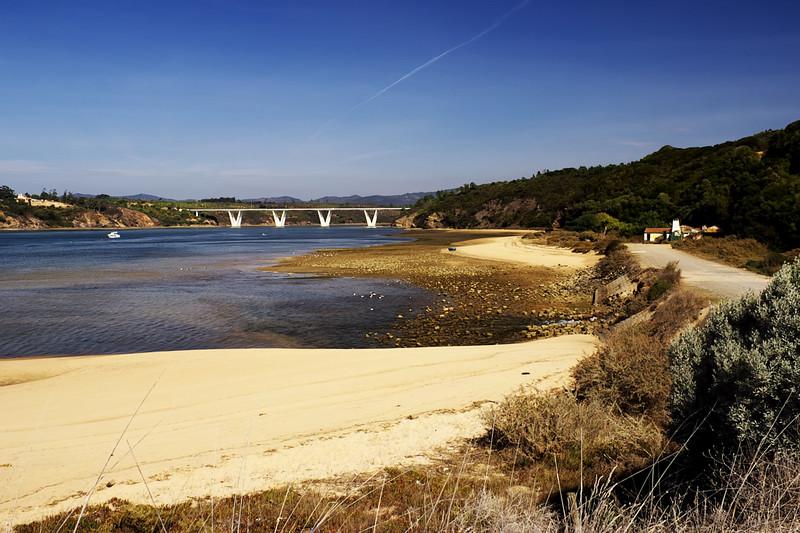 Pokračujeme dál na jih. Most u ústí řeky Mira u městečka Vila Nova de Milfontes (po kterém jsme před chvílí jeli, zahlédli tohle místo a rozhodli se sem zkusit zajet).