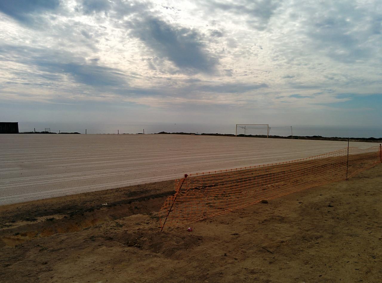 Kde jinde postavit fotbalové hřiště, než vedle majáku na stometrovém útesu. Prostě Portugalsko.