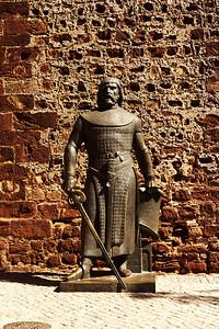 Socha Sancha I. portugalského, který v roce 1189 hrad v Silvesi dobyl