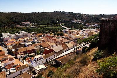 Pohled z hradeb na městečko Silves. Po úpatí kopce naproti se táhne silnice, ze které byly (z parkoviště, které je mimo záběr vlevo) pořízeny předchozí snímky hradu v tomhle albu