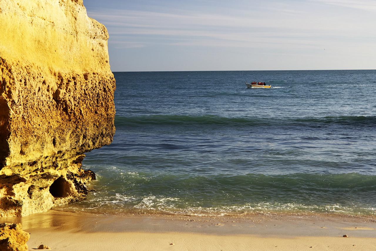 Lodní exkurze se vrací z místních jeskyní