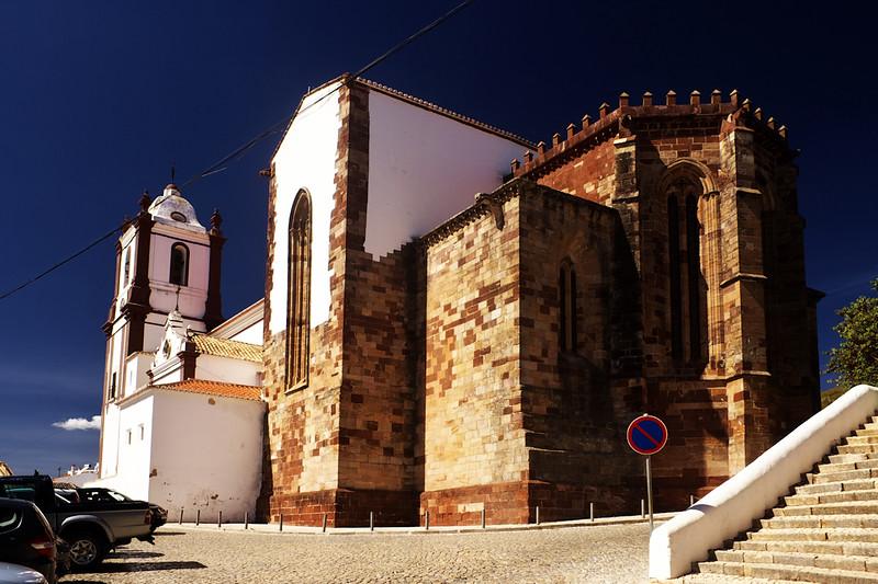 Katedrála v Silvesi, v podstatě přímo před hradem