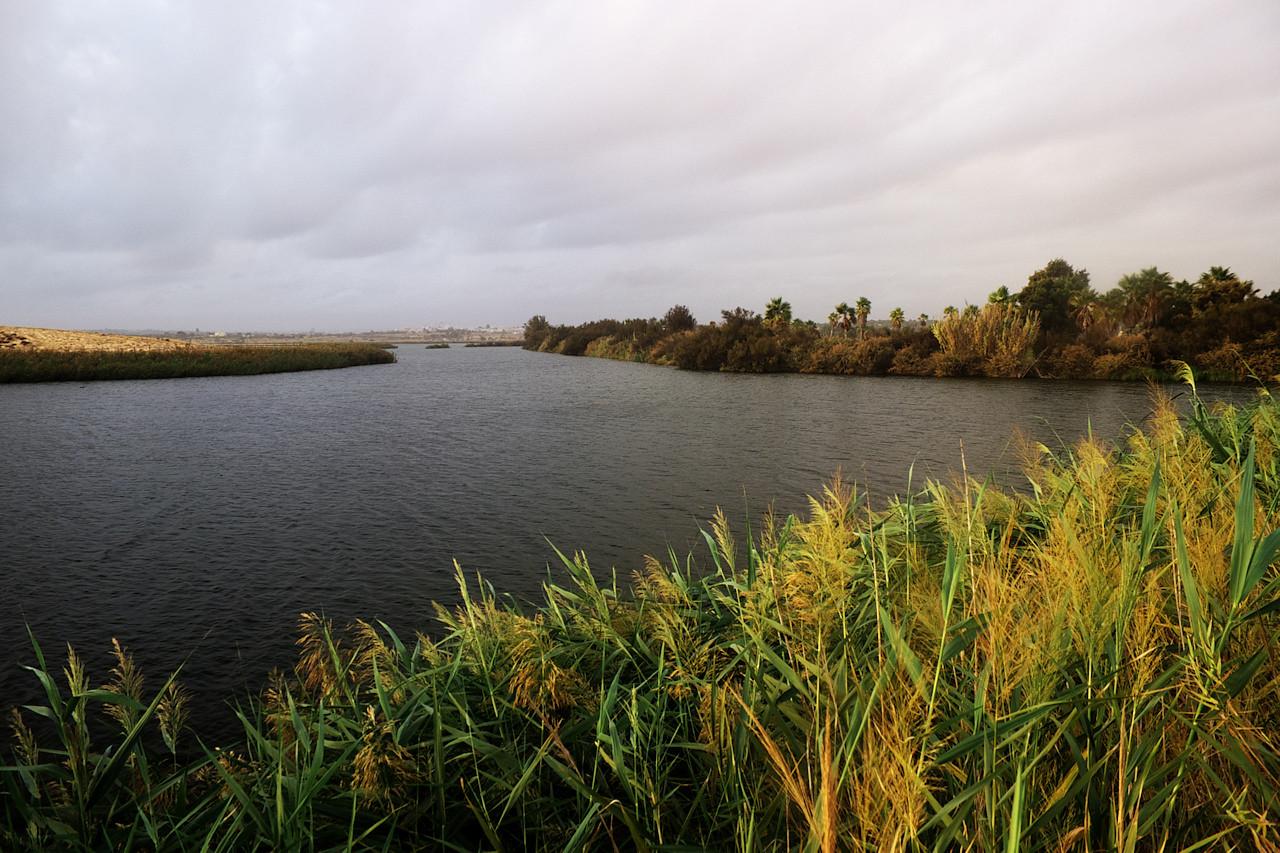 Pohled na lagunu opačným směrem. Vzadu vpravo je vidět onen golfový areál, u kterého jsme předtím stavěli.