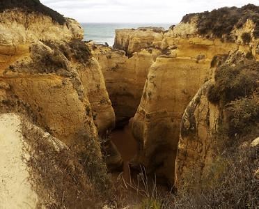 Moře se prohlodalo malým otvorem v jednom útesu a vytvořilo takovouhle pláž v kaňonu