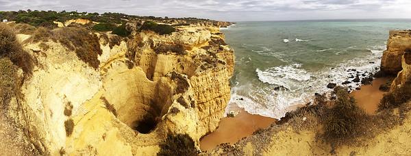 Zdejší pobřeží je plné nejrůznějších podivných útvarů