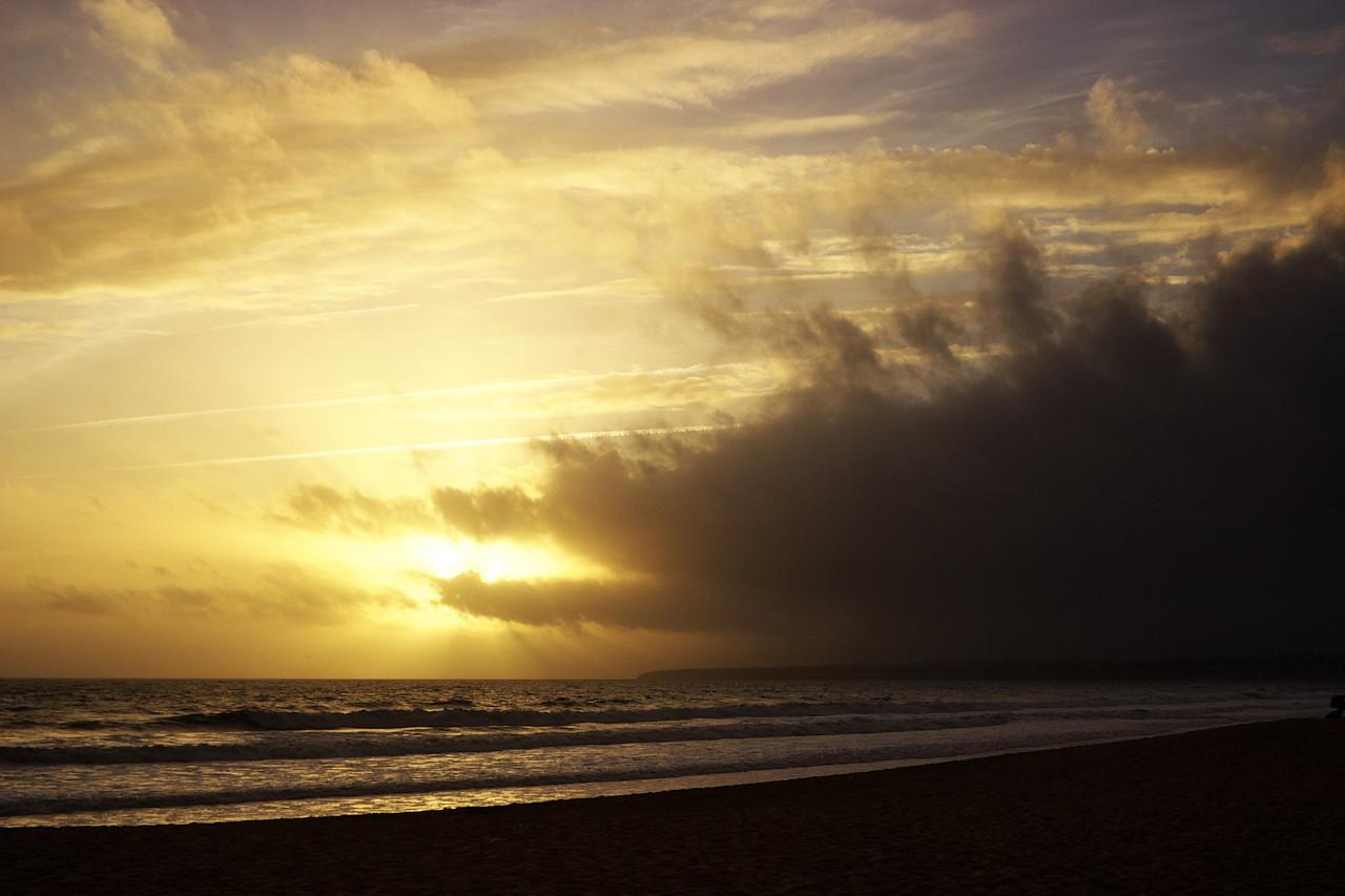 Západ slunce byl toho dne i díky té blížící se oblačnosti úžasný.