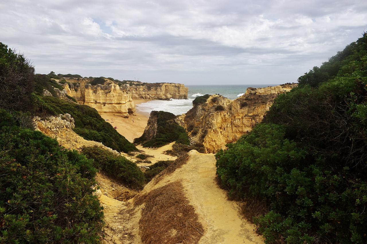 Průhled na pláž Praia de Maré das Porcas