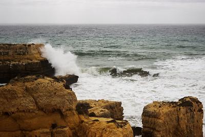 Tohle je bohužel jeden ze spousty nadcházejících záběrů, kde se velmi ztrácí měřítko. Nicméně ten útes vlevo, o který se tříští vlny, je dobrých 10 metrů vysoký, možná i víc.