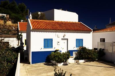 Tohle už není Quinta do Penedo, ale domek ve vesnici Salema o hezkých pár desítek kilometrů směrem na západ. Mě ty místní barevné kontrasty prostě nepřestávají fascinovat.